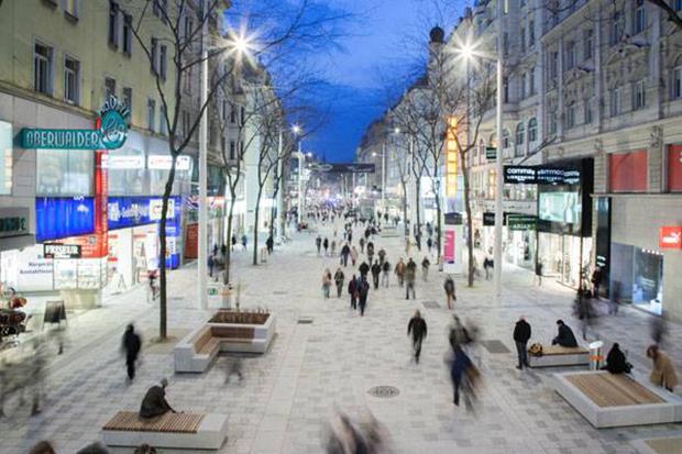 استفاده از سنگفرش، پوشش گیاهی، تجهیزات شهری زیبا و همچنین نمایش آب؛ فضایی ساده و پویا ایجاد کرده است.