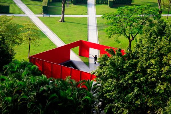 جعبه قرمز رنگ در پارک با ایجاد تضاد حس کنجکاوی را در بازدیدکننده بر می انگیزد.