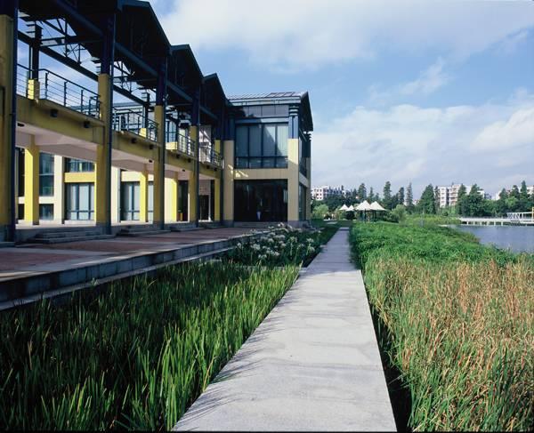 استفاده از پوشش گیاهی غنی، سایت را به عنوان یک محیط روستایی و دوست دار محیط زیست معرفی می کند.