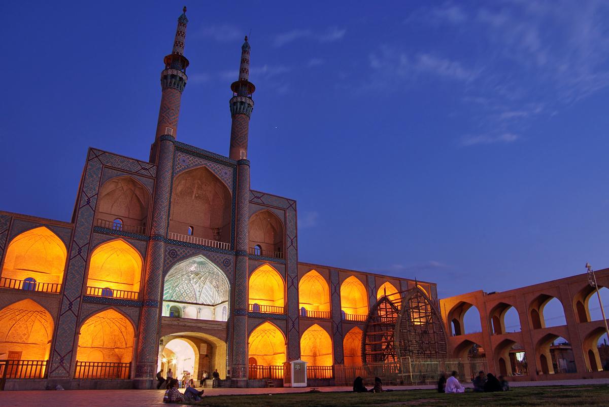 منظر شبانه میدان امیر چخماق یزد