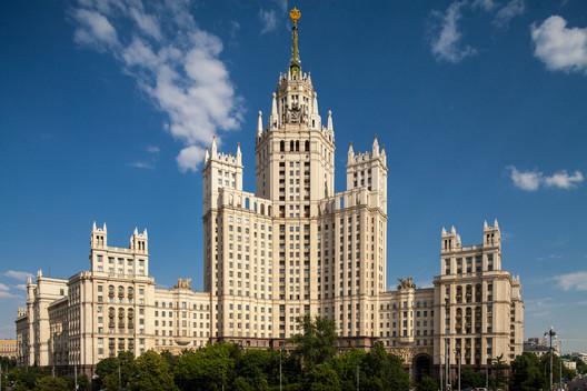 یک نمونه از ساختمانهای منتسب به سبک استالینیسم؛ فرمهایی شبیه کیک عروسی که مورد علاقه استالین بوده است.