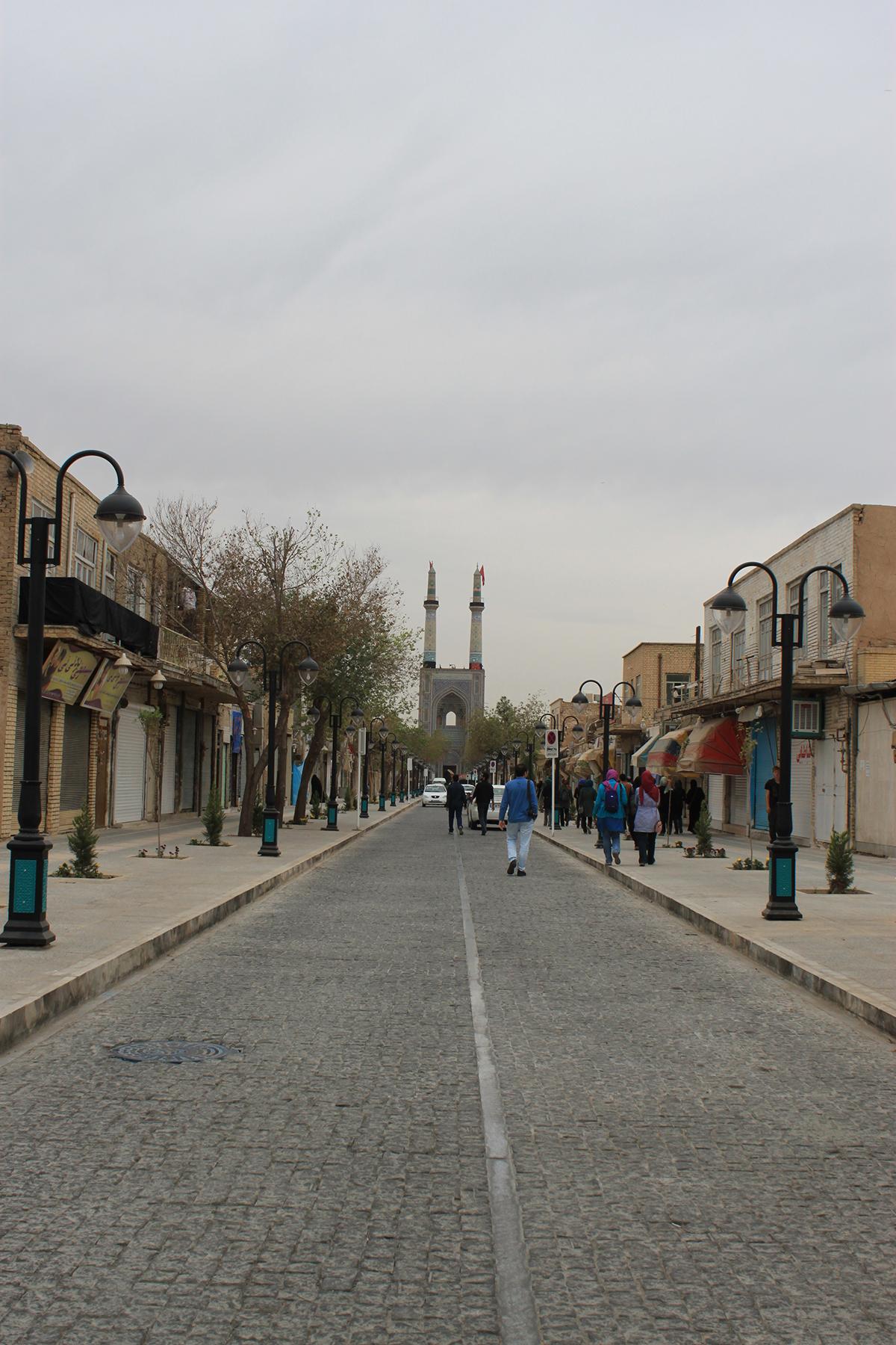 تصویر 1 - دید از ابتدای خیابان به مسجد جامع یزد، منبع: نگارنده
