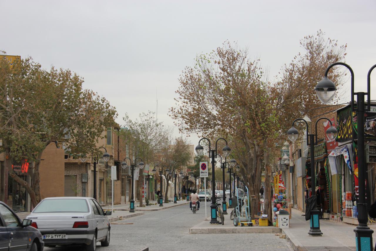 تصویر 3 - عقب نشینی جداره در خیابان مسجد جامع یزد (دید از سمت مسجد جامع یزد به میدان)، منبع: احسان شریعتمداری