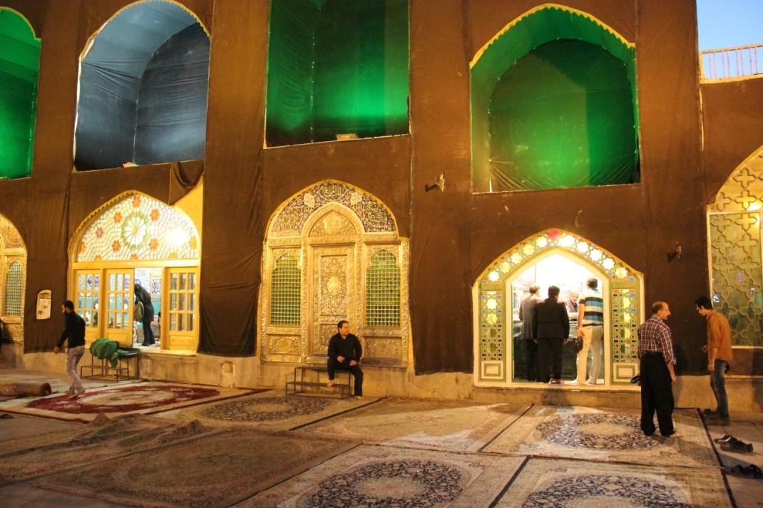 تغییر کالبدی حسینیه شهر تفت در ایام عاشورا. عکس از احسان شریعتمداری. 7 آبان 1394