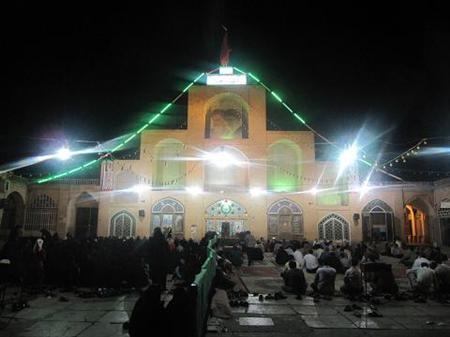 برگزاری نماز جماعت در میدان روبروی تکیه شاه ولی تفت. منبع: www.old.ido.ir