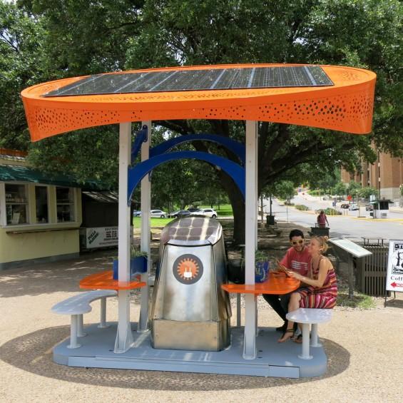 ایستگاه شارژ خورشیدی در محوطه دانشگاه تگزاس