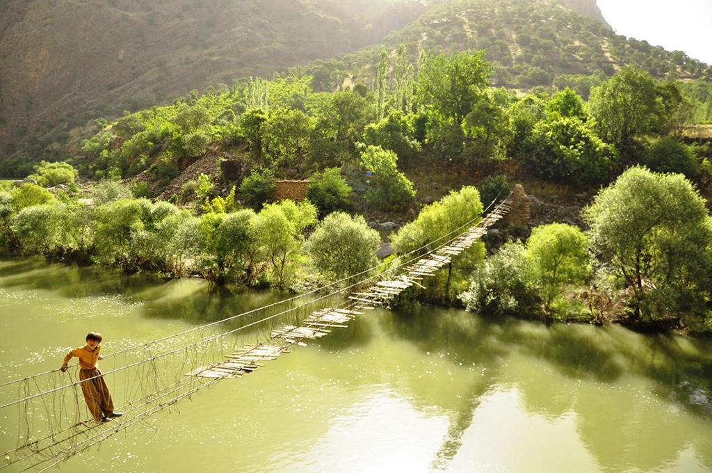 کودکان کرد پل را مکانی برای بازیها و جست و خیزهای خود می یابند. منبع: یاسمن حسینی، 1395