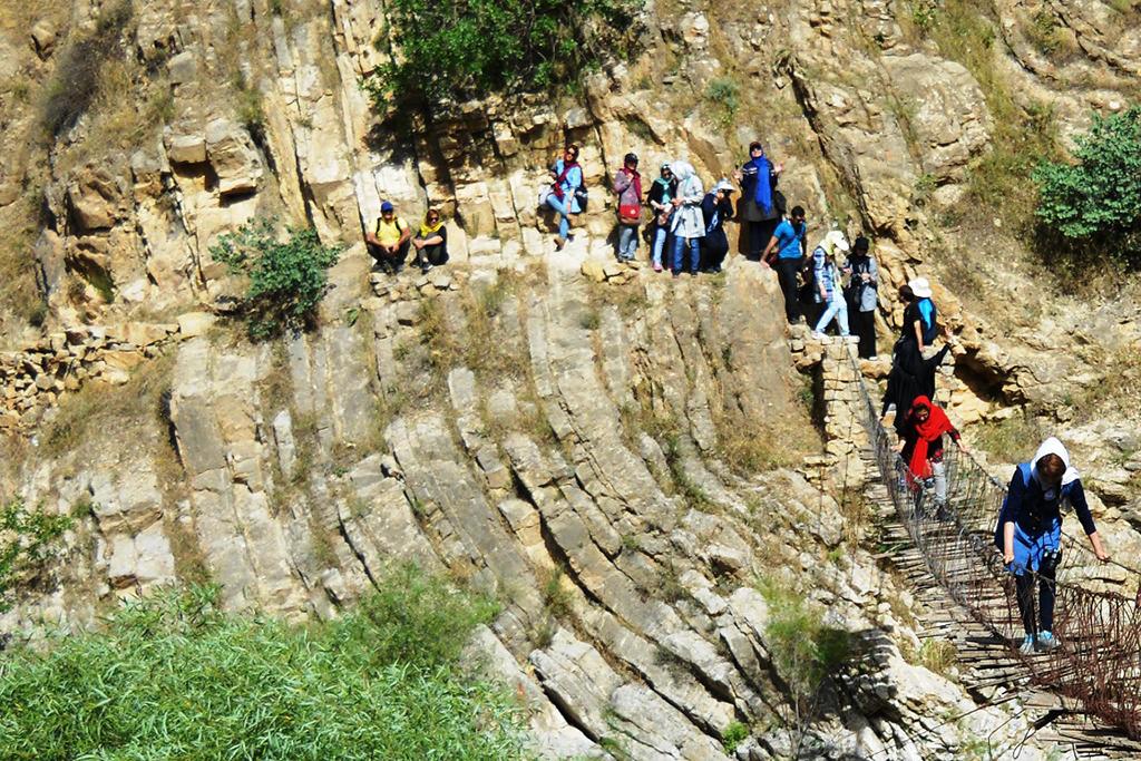 انتظار در لبه مرتفع کوه به تشدید بازخورد حسی فضا کمک می کند. منبع: سحر روحانی نژاد، 1395