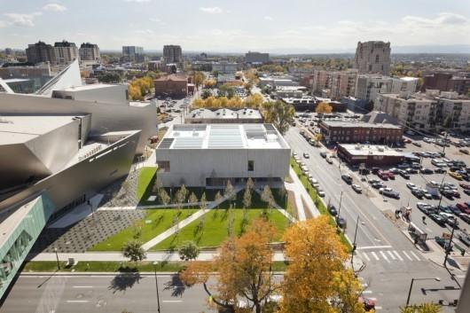 موزه کلایفورد استیل یک ساختمان ساکت تر و موثرتر از همسایه خود، موزه هنر دنور دانیل لیبسکیند است.
