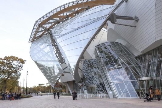 ساختمان لویی ویتون در پاریس، اثر فرانک گهری که به عنوان معماری پر زرق و برق مطرح شده است.