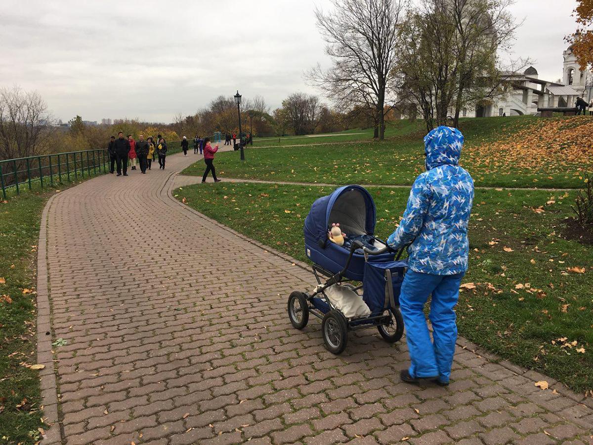 تصویر ۱: حضور مادر و کودک در فضاهای طبیعت، منبع: نگارنده