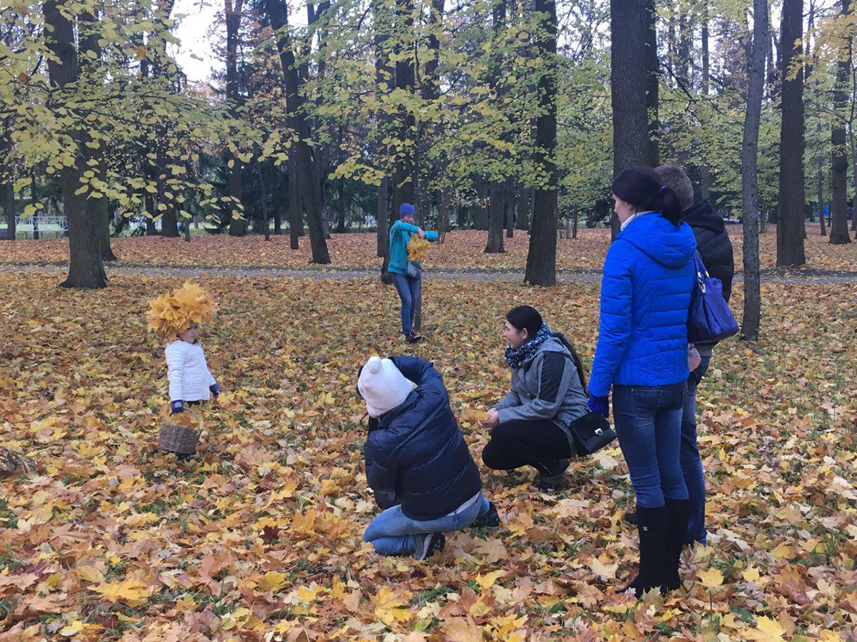 تصویر ۶: حضور کودک به همراه خانواده و بازی در برگ های پائیزی در باغ کاترین، منبع: نگارنده